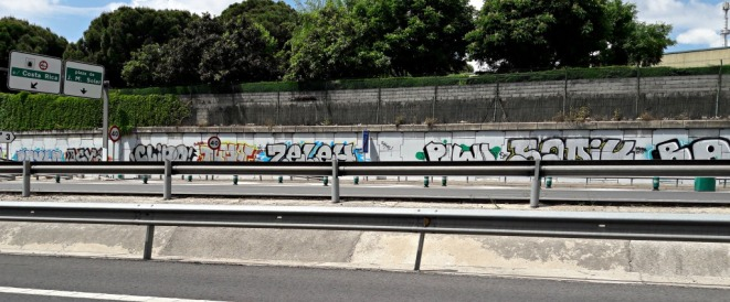 Photo by @redesycalles of graffiti on M30 Madrid