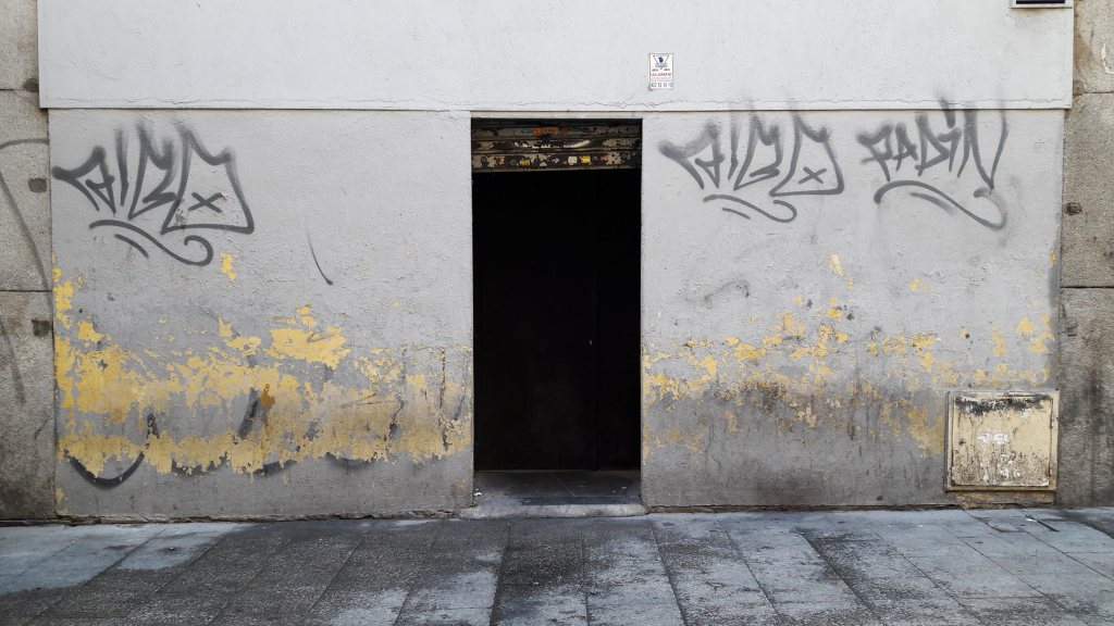 photo by @redesycalles of wall with graffiti in Madrid's city center