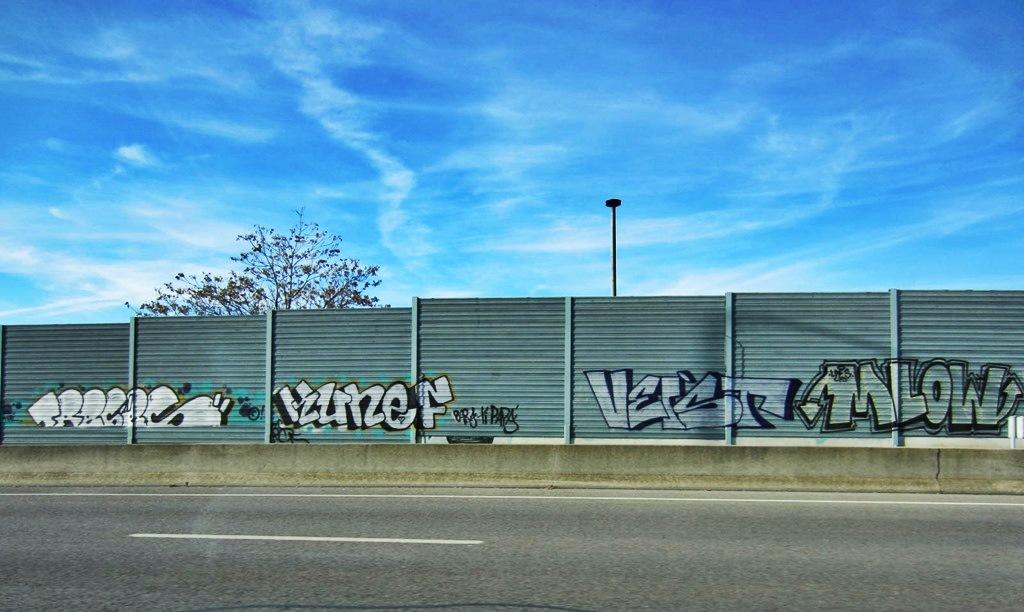 foto de @redesycalles de graffiti en autovías de Madrid